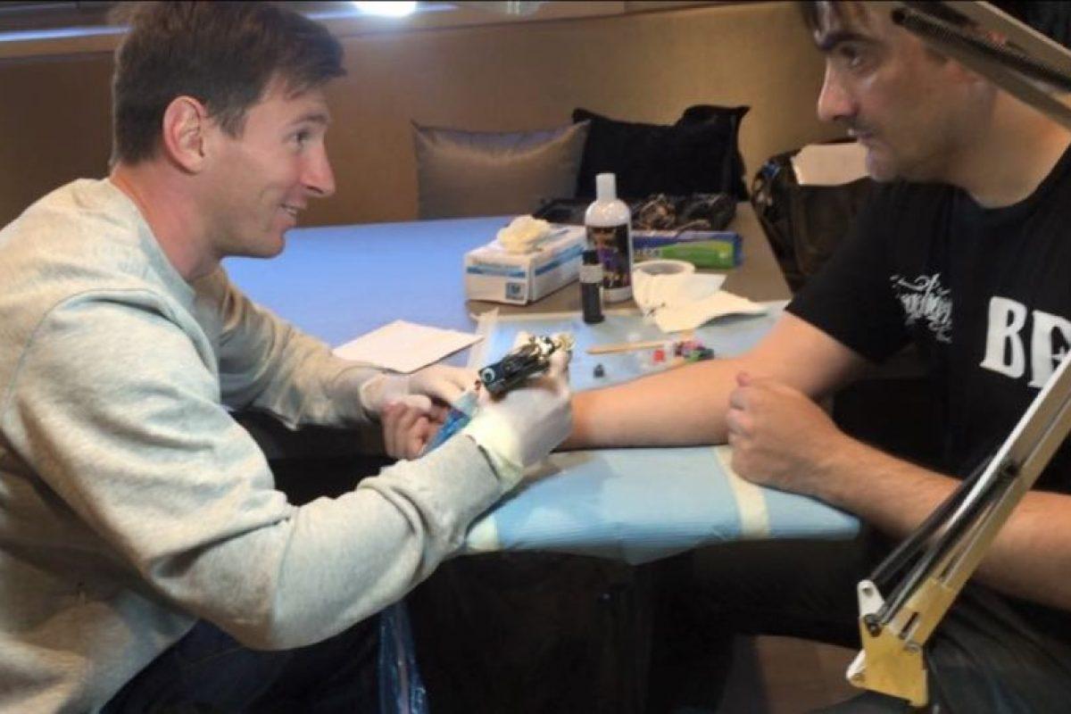 Leo tomó los instrumentos para tatuar a Roberto López. Foto:twitter.com/LeoMessifanclub