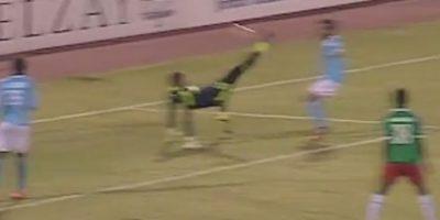 Pero cuando quiso alejar el balón, terminó enviando la pelota a las redes Foto:Youtube: mohammad qsrawi