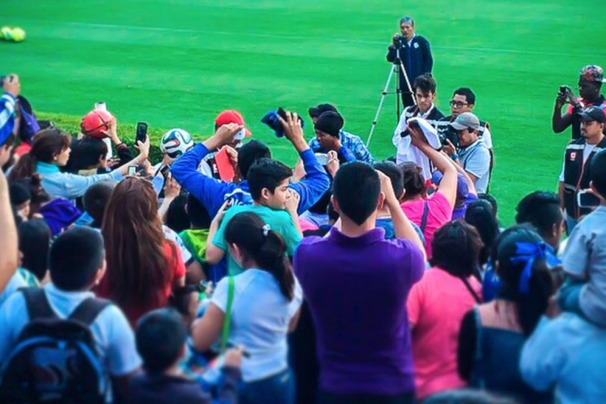 3. Humildad. Nunca se le ha visto hacer un desprecio a un aficionado Foto:Vía facebook.com/RonaldinhoOficial