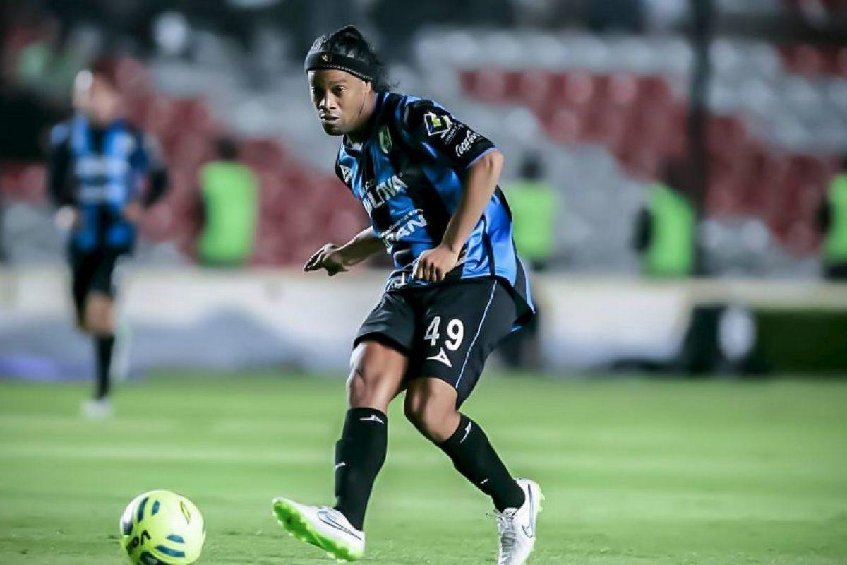 1. La magia existe en el fútbol. Son inolvidables sus pases sin ver y sus asistencias increíbles Foto:Vía facebook.com/RonaldinhoOficial