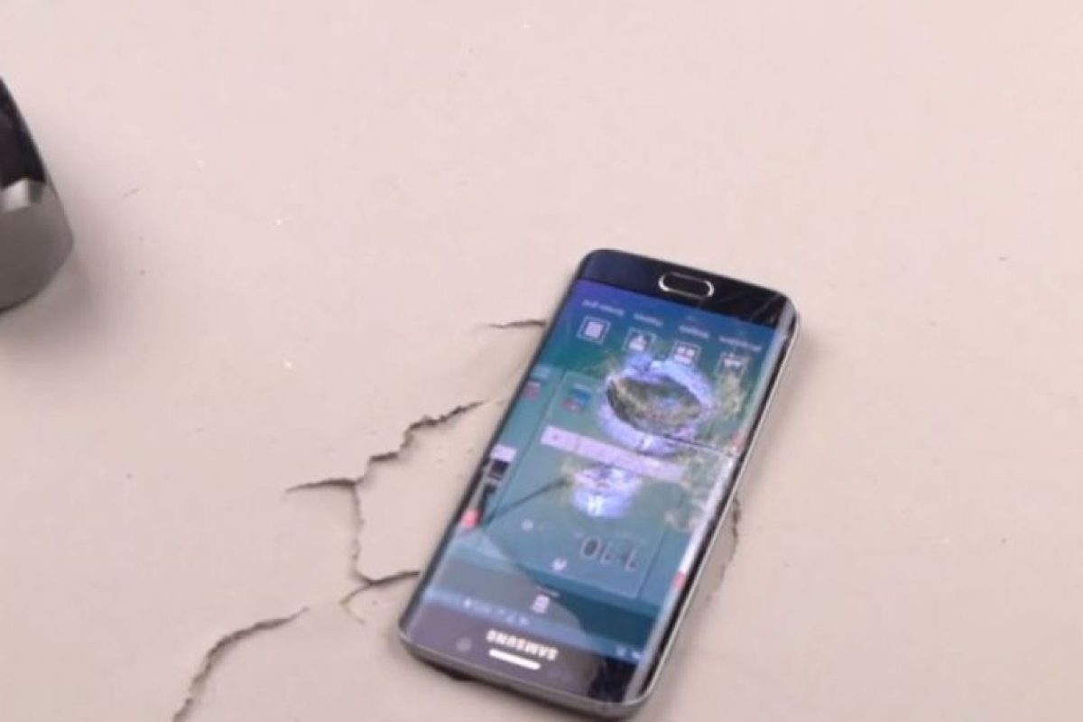 El golpe es tan fuerte que la pantalla se rompe, pero sigue funcionando. Foto:TechRax