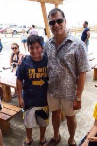 """La fotografía del presidente de Ecuador, Rafael Correa, posando junto a niño en cuya camiseta se lee: """"Estoy con un idiota"""", dio la vuelta al mundo. Foto:Twitter"""