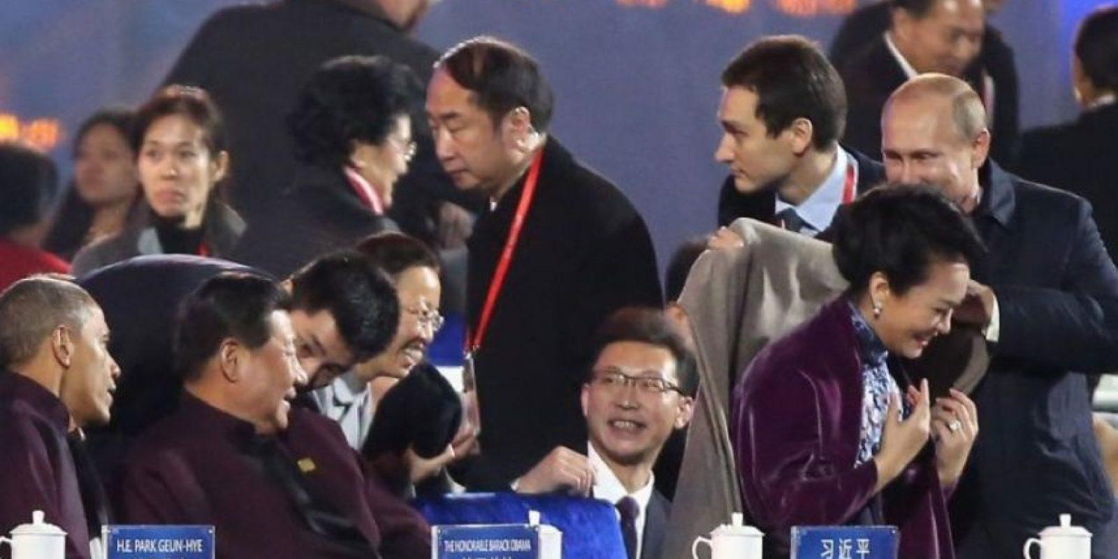 Esta imagen causó polémica entre la sociedad china ya que muestra al presidente de Rusia, Vladimir Putin, ofreciendo una manta a Peng Liyuan, esposa del presidente Xi Jinping. Foto:Getty Images
