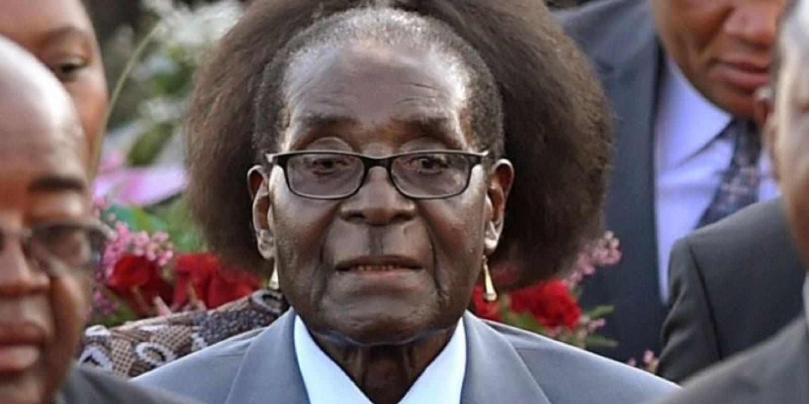 """El dictador de Zimbawe fue captado con un """"nuevo peinado"""" al ser fotografiado delante de una mujer. Foto:AP"""