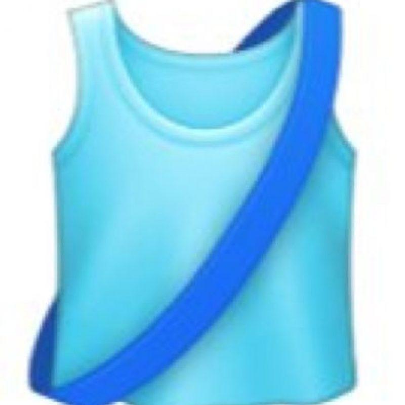 Es una simple camiseta para correr con una franja color azul marino. Foto:emojipedia.org