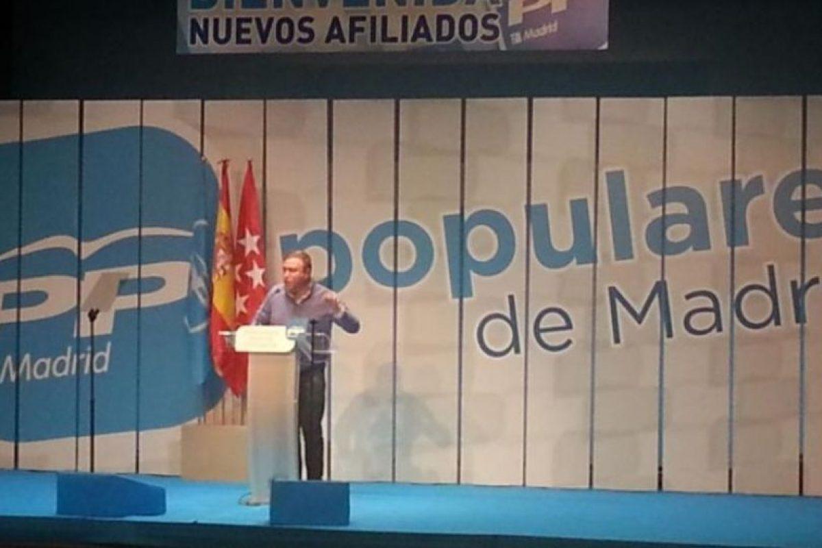 """Un candidato del Partido Popular español, Juan Soler, ha decidido hacer su propaganda político por la ciudad de Getafe, ubicada al sur de Madrid, regalando preservativos, acompañado de una tarjeta en la que se puede ver el eslogan """"Honradez y eficacia"""". Foto:Twitter @JuanIGetafe"""