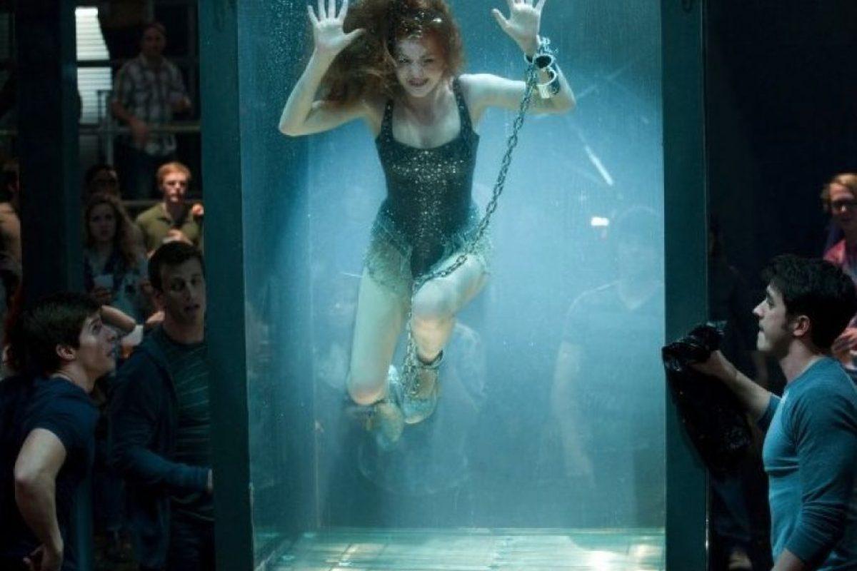 """Isla Fisher jugó a la ilusionista en la cinta """"Now You See Me"""", pero la actriz casi se ahoga durante la escena en la que debe escapar de un tanque lleno de agua, esto luego de que su traje se atoró con una cadena. Foto:IMDB"""