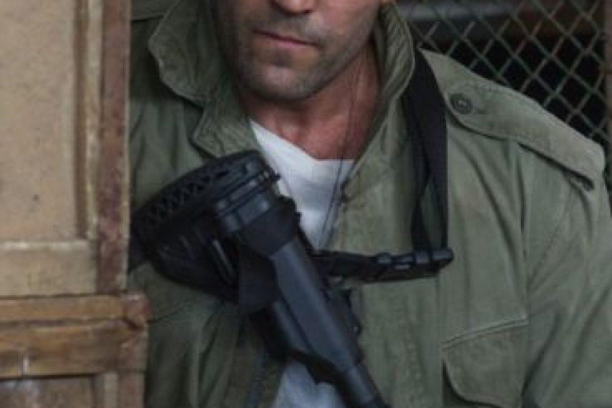 """Jason Statham, casi se ahoga en el rodaje de la película """"Los Indestructibles 3"""". El británico debía saltar de una cascada, pero la acrobacia salió mal y quedó inconsciente, de inmediato lo rescataron y lo llevaron a un hospital donde fue dado de alta tras varias horas de observación. Foto:IMDB"""