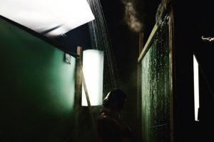 Selena publicó una imagen en la que parece estar desnuda en un baño. Foto:Instagram/SelenaGomez