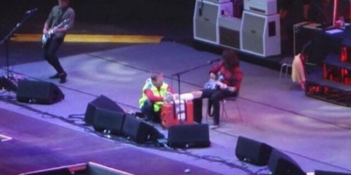 Líder de Foo Fighters regresa al escenario luego de romperse la pierna