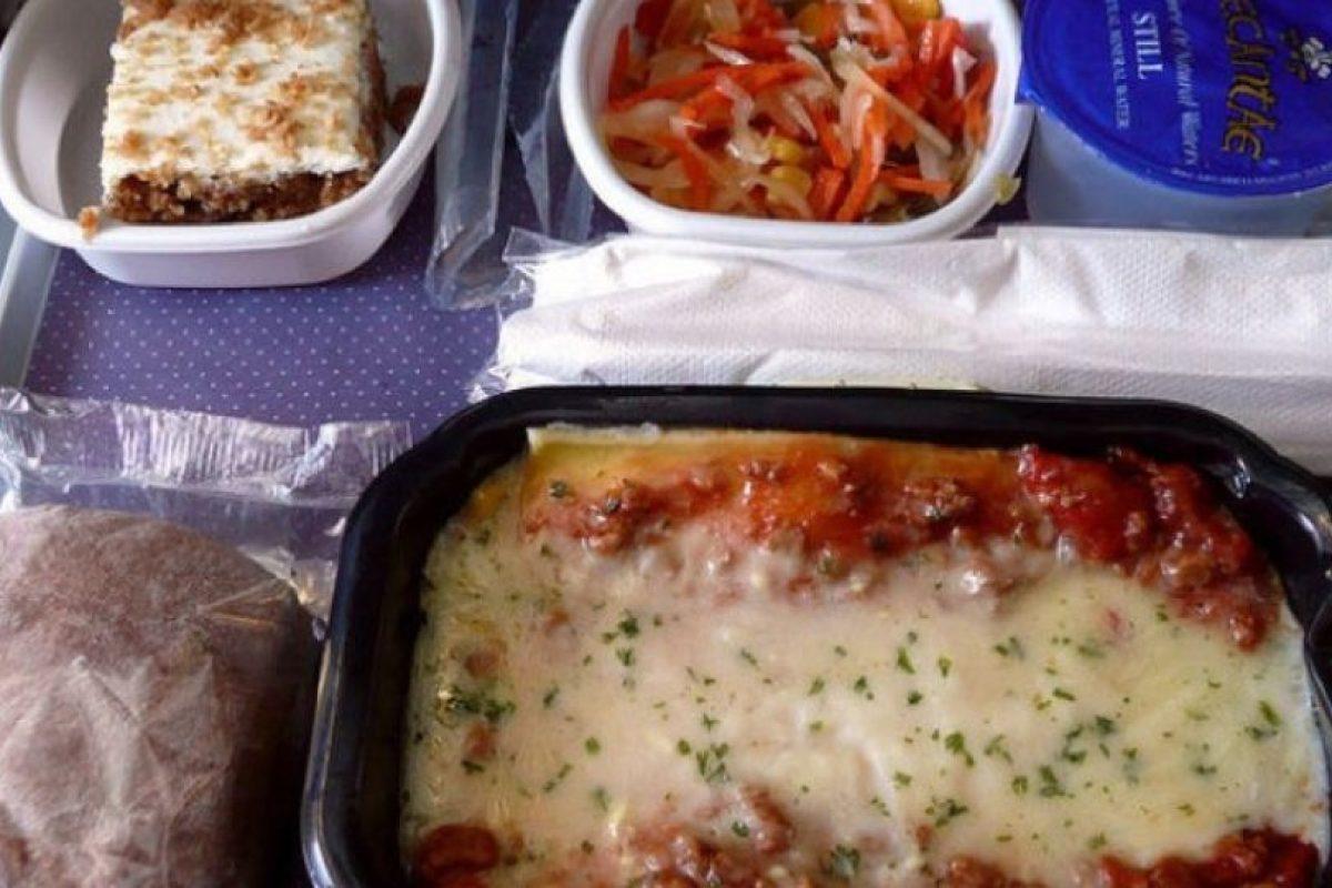 2. Lasaña, ensalada, pastel de zanahoria y agua. Foto:Vía Flickr: sshb /Creative Commons