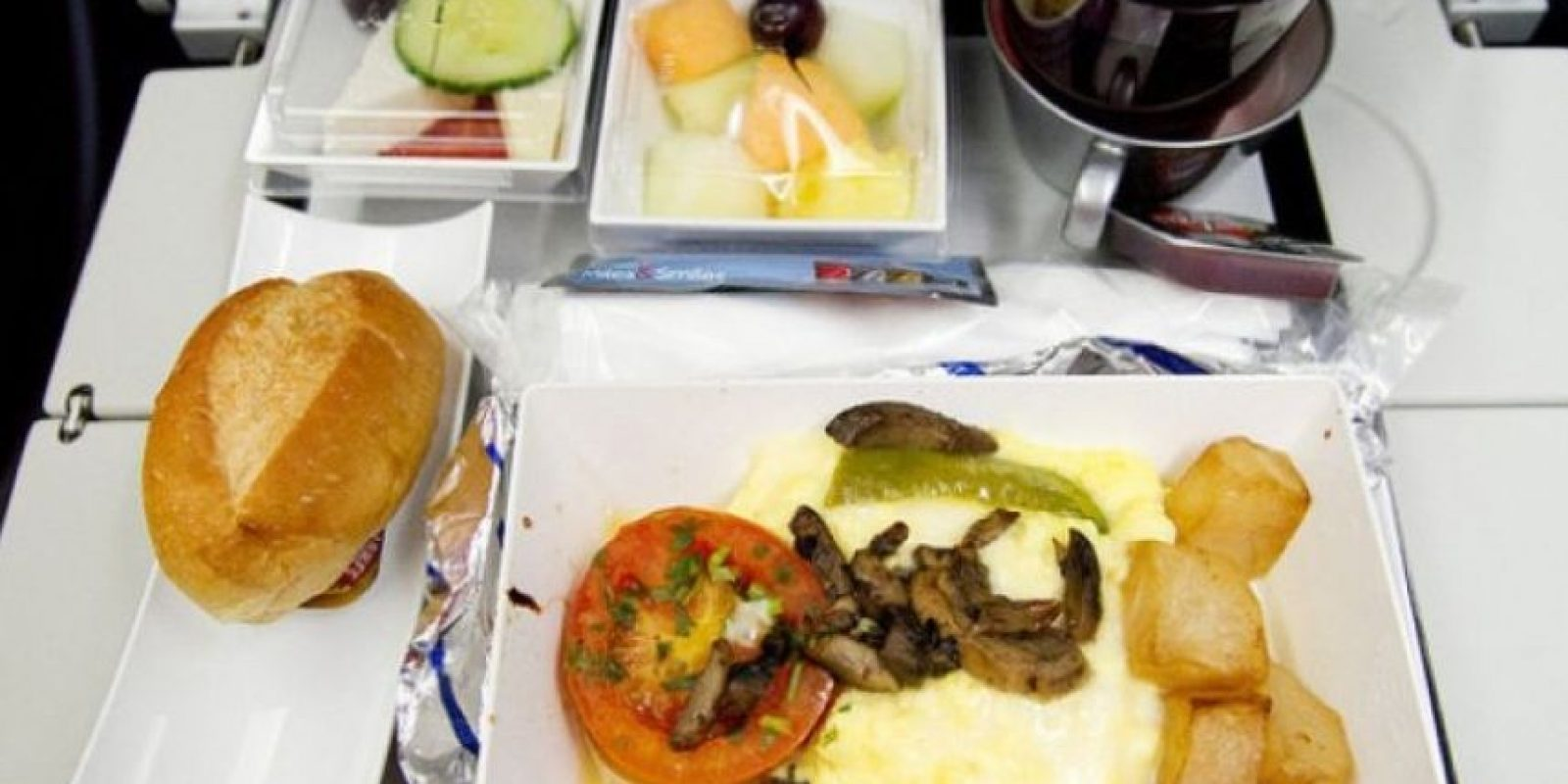 3. Desayuno que incuye pan, huevos, patatas, ensalada de fruta. Foto:Flickr: roboppy /Creative Commons