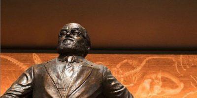 """""""Siempre mirando al futuro, su estatua se encuentra frente al Laboratorio de Creación Hammond en homenaje a su corazón, pasión e imaginación"""", se describe en el sitio oficial de la película. Foto:vía jurassicworldintl.com"""