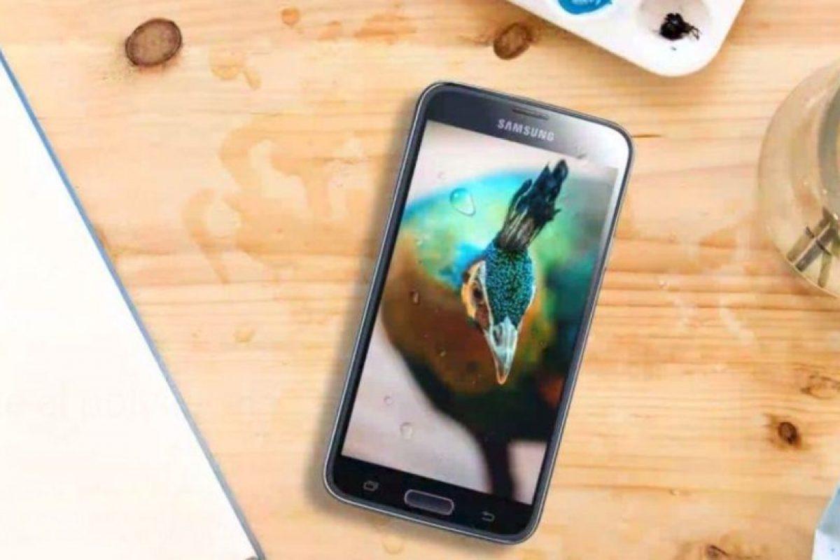 Tiene una pantalla Full HD de 5 pulgadas, Android 4.4 KitKat, cámara posterior de 16 megapixeles, batería de 2.800 mAh, además de resistencia al agua (IP67). Foto:Samsung