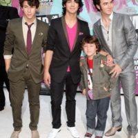 """En 2008, sus hermanos lo presentaron durante el estreno de la película """"Camp Rock"""". Foto:Getty Images"""