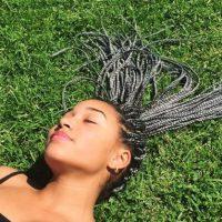 """""""Las trenzas no tienen un fin meramente estético. Son necesarias para mantener el cabello ordenado"""", explicó. Foto:vía instagram.com/amandlastenberg"""