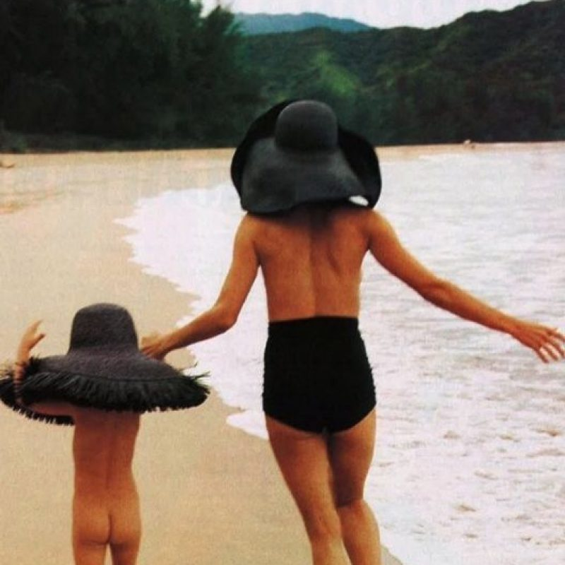 En la fotografía podemos ver a Rumer desnuda y a Demi Moore en topless mientras corren en la playa. Foto:vía instagram.com/ruelarue