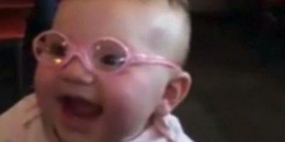 """La madre de Piper, Jessica Sinclair escribió en su cuenta de Facebook: """"Ella no gateaba aún, y pensé que podía haber algo mal con su vista por lo que la llevé (a un doctor) él me dijo que tenía astigmatismo. Foto: Youtube"""