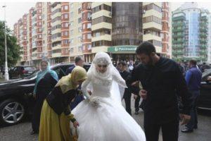 El alegado matrimonio arreglado de una joven de 17 años con un hombre de 47 años desató una peculiar protesta en las redes sociales. Foto:AP