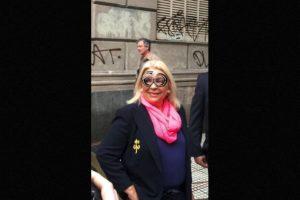 Con estos lentes acudió la precandidata presidencial Elisa Carrió Foto: Twitter.com/elisacarrio