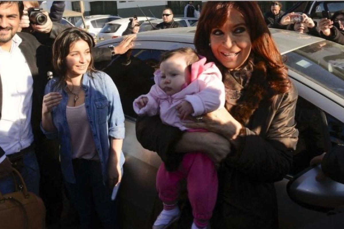 La presidenta Cristina Fernández, llegando a emitir su voto en Río Gallegos Foto:AP
