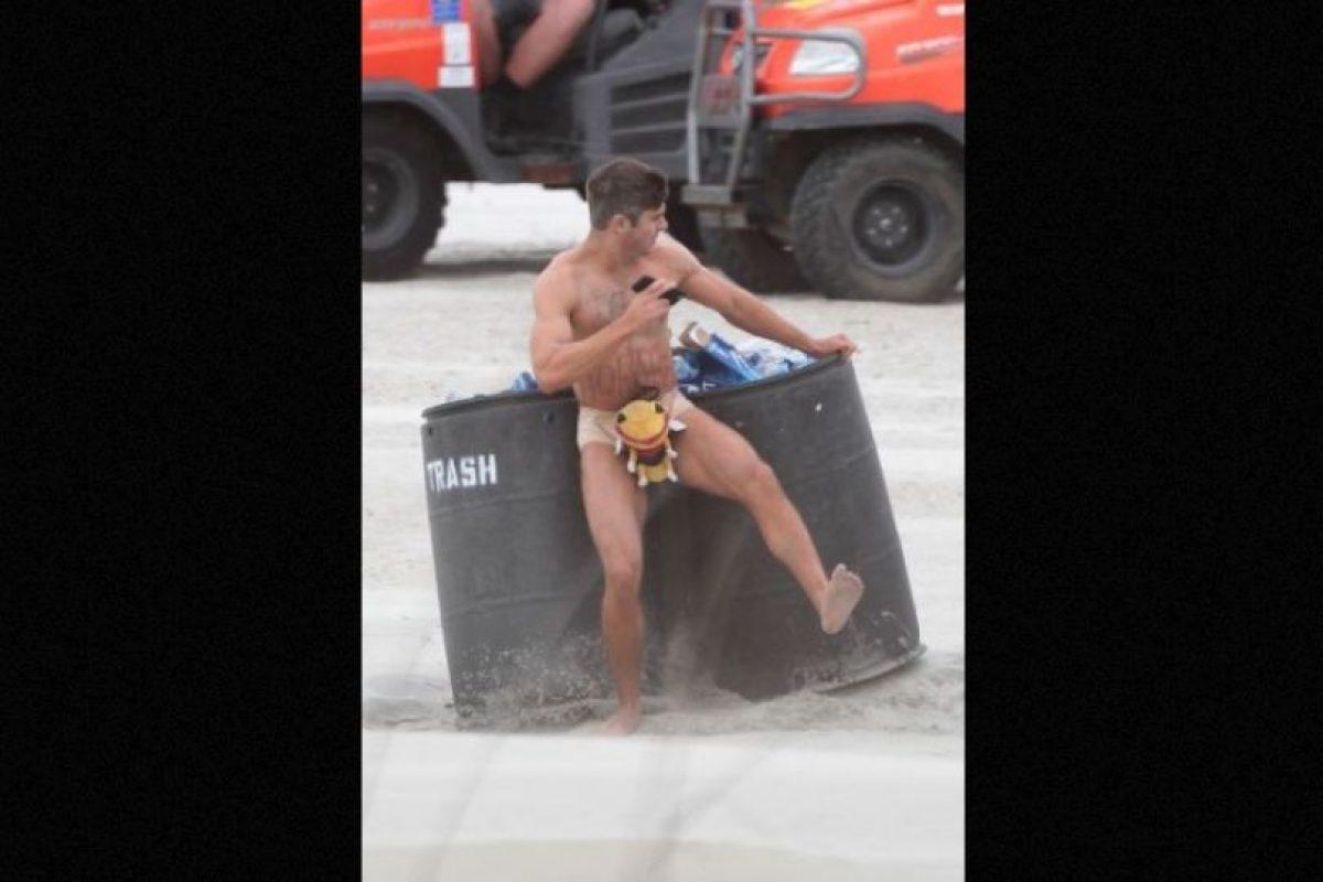 """Los fotógrafos captaron el momento en que Zac Efron se encontraba en pleno rodaje de la cinta """"Dirty Grandpa"""" Foto:Grosby Group"""