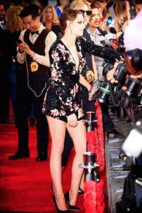 """Stewart llegó a la alfombra roja con un vestido negro corto, cubierto por estampados florales y un escote en forma de """"V"""". Foto:Getty Images"""