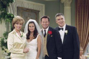 """La escena eliminada pertenece al episodio donde """"Chandler"""" y """"Mónica"""" están en el aeropuerto a punto de viajar hacia su luna de miel. Foto:IMDb"""