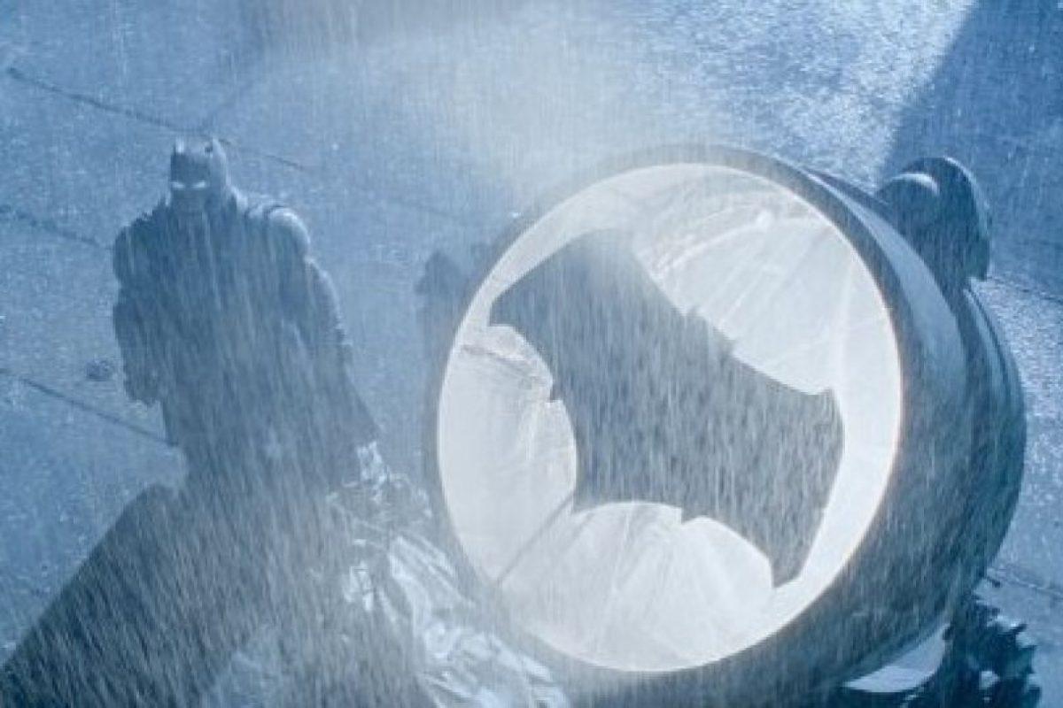 """En el tráiler de """"Batman v Superman"""" hay una escena en la que """"Bruce Wayne"""" mira fijamente el traje destrozado de su ayudante """"Robin"""" Foto:IMDb"""