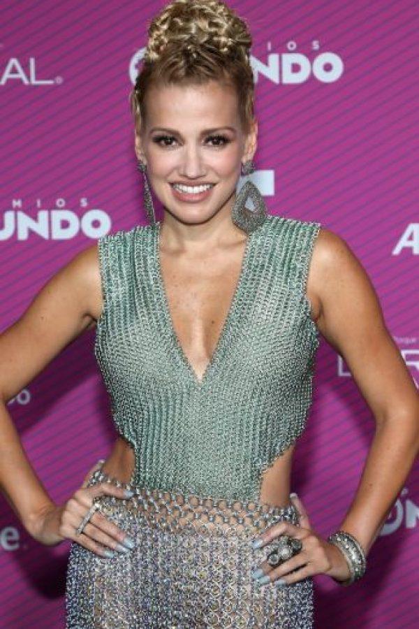 La cantante colombiana deslumbró con un vestdio plateatdo Foto:Getty Images