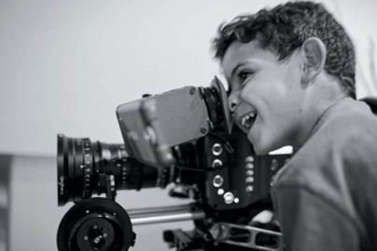 El anuncio se dio con una tierna foto de Cristiano Jr viendo a través de una cámara de video profesional. Foto:Vía twitter.com/cristiano