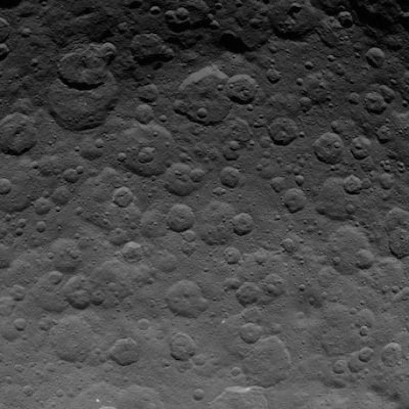 Algunos científicos creen que el planeta enano en el pasado albergó un océano debajo de la superficie y, quizás, todavía haya agua líquida merodeando debajo de su manto de hielo Foto:Twitter.com/nasa_dawn