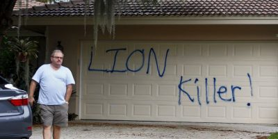 """La casa de descanso del dentista Walter Palmer fue pintada con la consigna """"Asesino de leones"""" Foto:AP"""