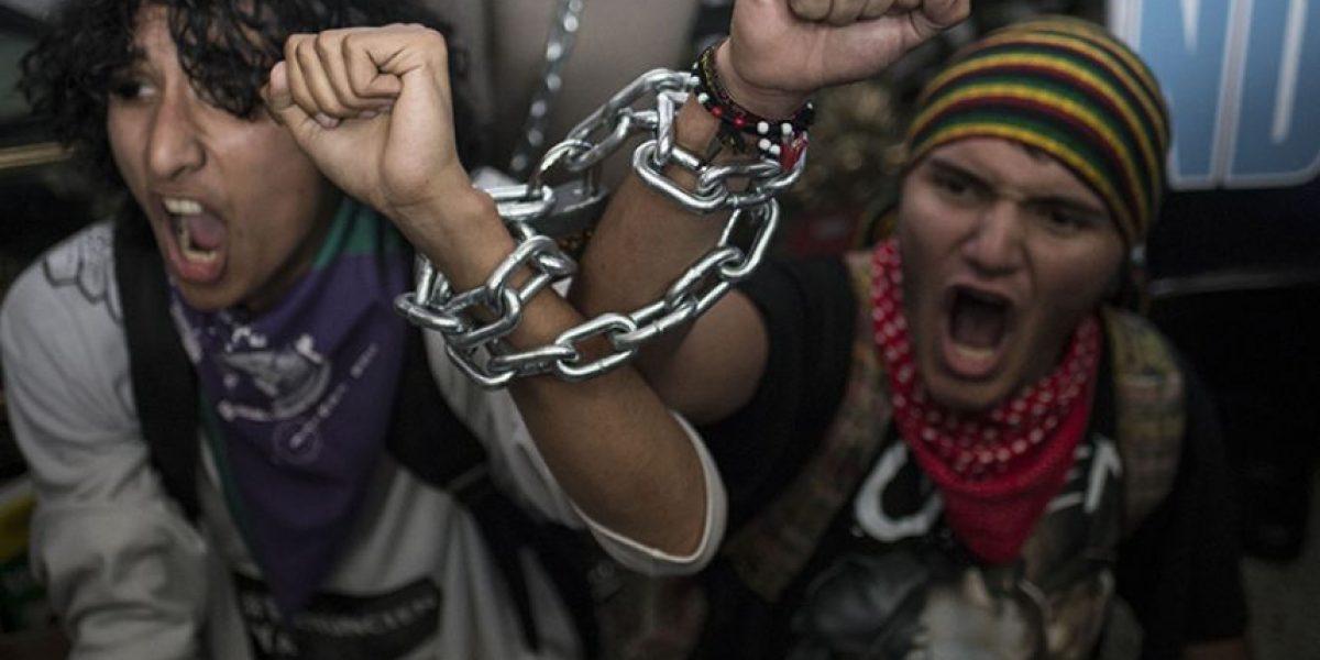 FOTOS. Encadenados a las puertas del Palacio Nacional de la Cultura