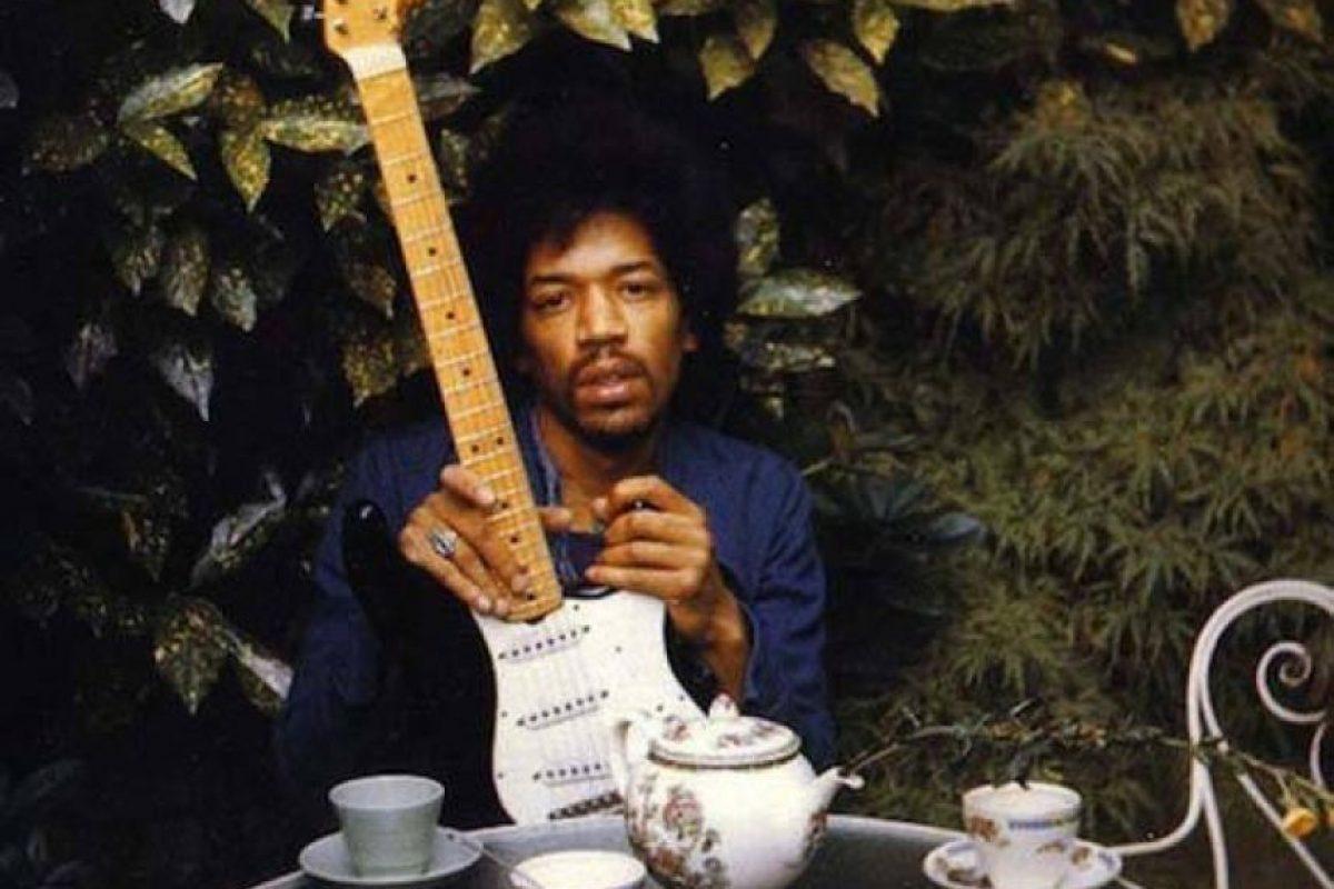 Jimi Hendrix, posando con su guitarra. Murió por sobredosis de drogas. Foto:vía Getty Images