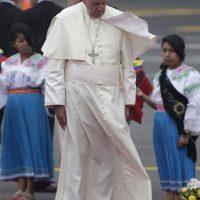 """4. """"Entiendo esta obra, la considero una expresión de arte de protesta, para mí no fue una ofensa, lo digo para que no haya opiniones equivocadas. La llevo conmigo al Vaticano"""", dijo el Papa acerca del regalo. Foto:AP"""