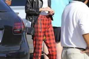 """Por su parte, Stella lució un pantalón a cuadros y una camiseta con cuello en """"V"""" Foto:Grosby Group"""