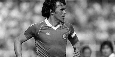 """Es considerado uno de los mejores futbolistas chilenos y defensas de la historia y se quedó cerca de ganar la Copa América en dos ocasiones. En 1967,él y la """"Roja"""" quedaron en tercer lugar y en 1979 perdieron la final del certamen ante Paraguay. Foto:FIFA"""
