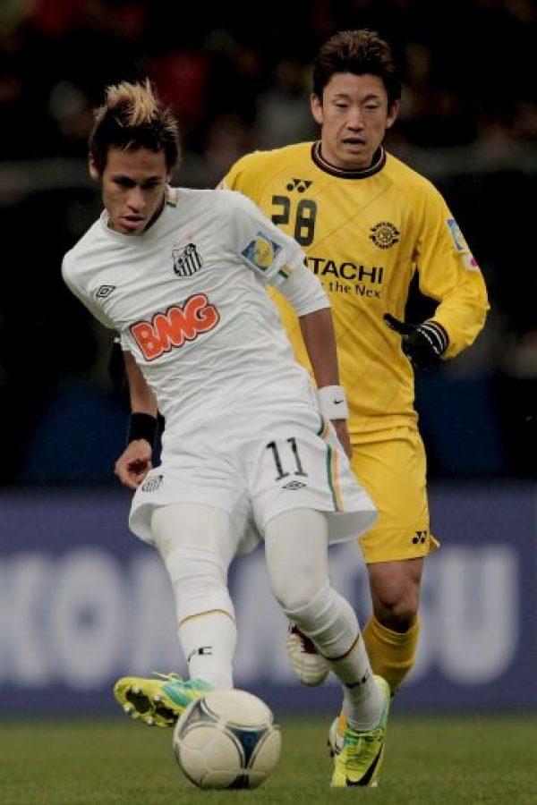 Neymar desparramó talento en esta jugada. El crack brasileño hizo como quiso al defensa rival, al que no le quedó más remedio que derribar al delantero y por ello, recibir la tarjeta roja. Foto:Getty Images