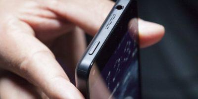 Si están en la calle no es necesario tener activado el Wi-FI porque no se conectarán a ninguna red, cuando lleguen a la oficina ya pueden activarlo, pero desactiven el 3G o LTE. Igual van a recibir SMS. Foto:Getty Images