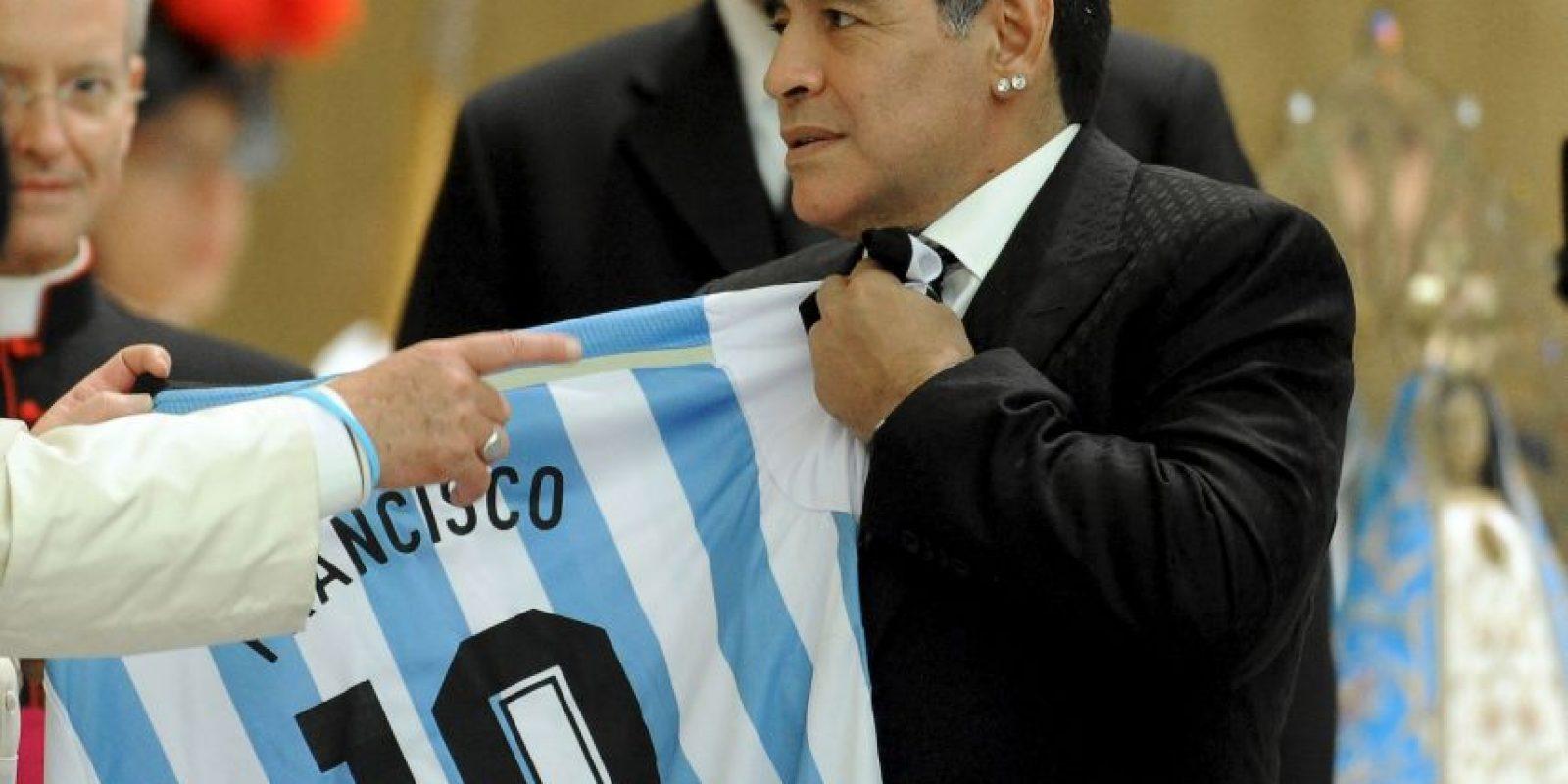 """Es el futbolista enemigo de la FIFA por excelencia. Maradona siempre ha dicho que para él, el organismo es una """"mafia corrupta"""" y """"antidemocrática"""", por supuesto, también ha expresado su desagrado por Blatter. Foto:Getty Images"""
