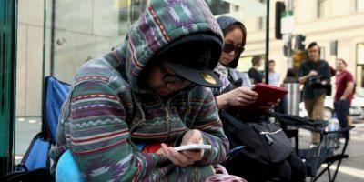 Pero el consultar el celular provoca serias complicaciones a la larga por el peso que carga el cuello al inclinarse Foto:Getty Images