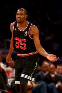Con 54 millones de dólares de ganancias, Kevin Durant es el segundo basquetbolista mejor pagado del año. Foto:Getty Images