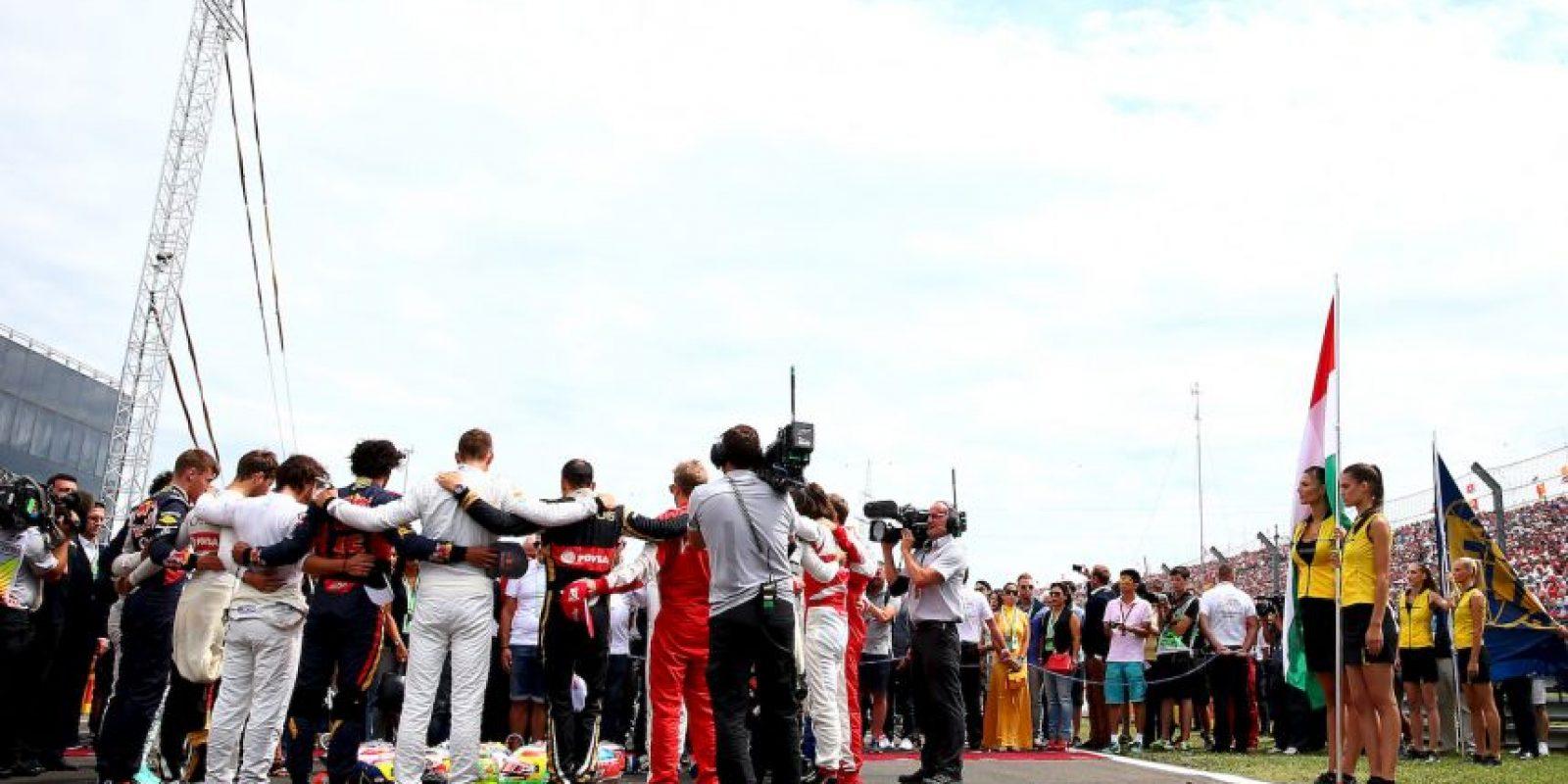 Los pilotos se fundieron en un abrazo durante un minuto de silencio en honor de Bianchi. Foto:Getty Images
