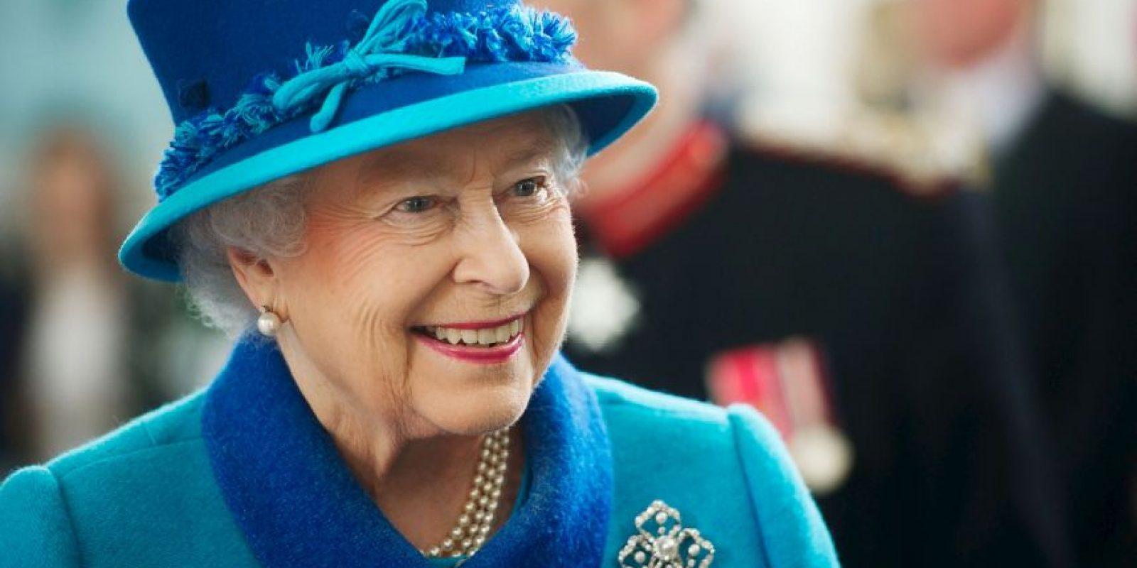 Sin querer una niña fue golpeada después de despedirse de la reina. Foto:Getty Images
