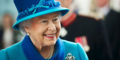 VIDEO. Mira lo que pasa luego de que esta niña le regala flores a la reina Isabel