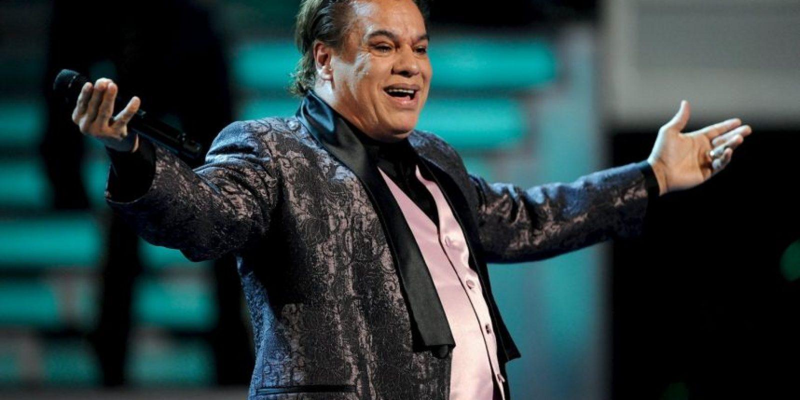 """Juan Gabriel. En el libro """"El hijo del ajedrecista"""" se dice que el cantante actuó para el jefe del Cartel de Cali. Foto:Getty Images"""