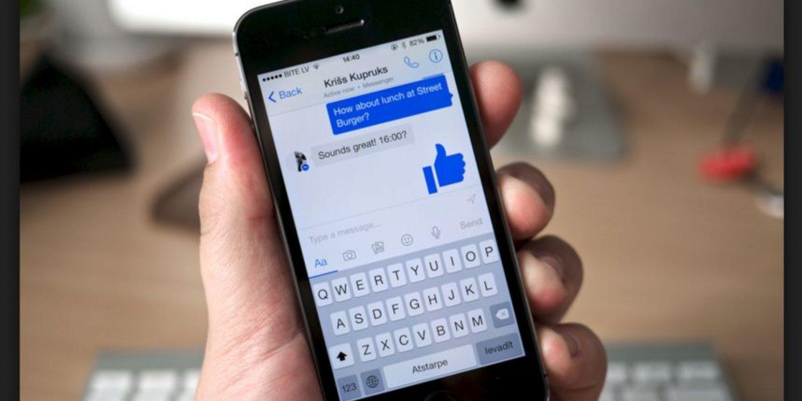 La opción de pagar tus cuentas por Messenger ya es toda un realidad. Funciona sincronizando una cuenta bancaria con tu perfil y listo Foto:Facebook