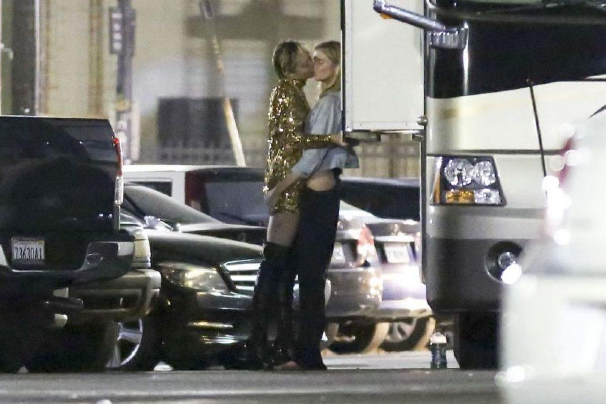 La cantante y la modelo fueron captadas en pleno beso en un estacionamiento en Beverly Hills. Foto:Grosby Group