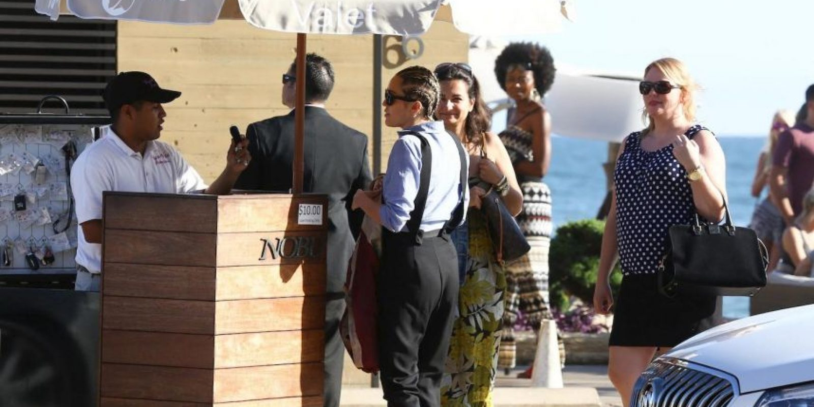 "Miley adoptó un estilo ""tomboy"": pantalón negro, tirantes y camisa azul. Foto:Grosby Group"
